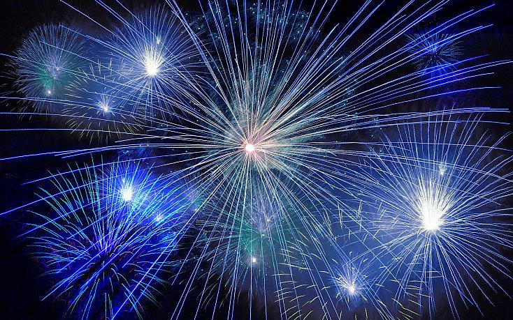 5ba769e8b90 2. Usa trípode. Un elemento fundamental que necesitarás para hacer buenas  fotos de fuegos artificiales ...