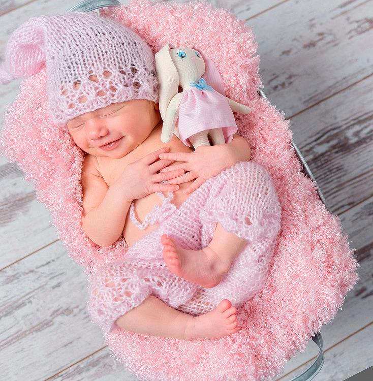 foto de bebé con muñeco