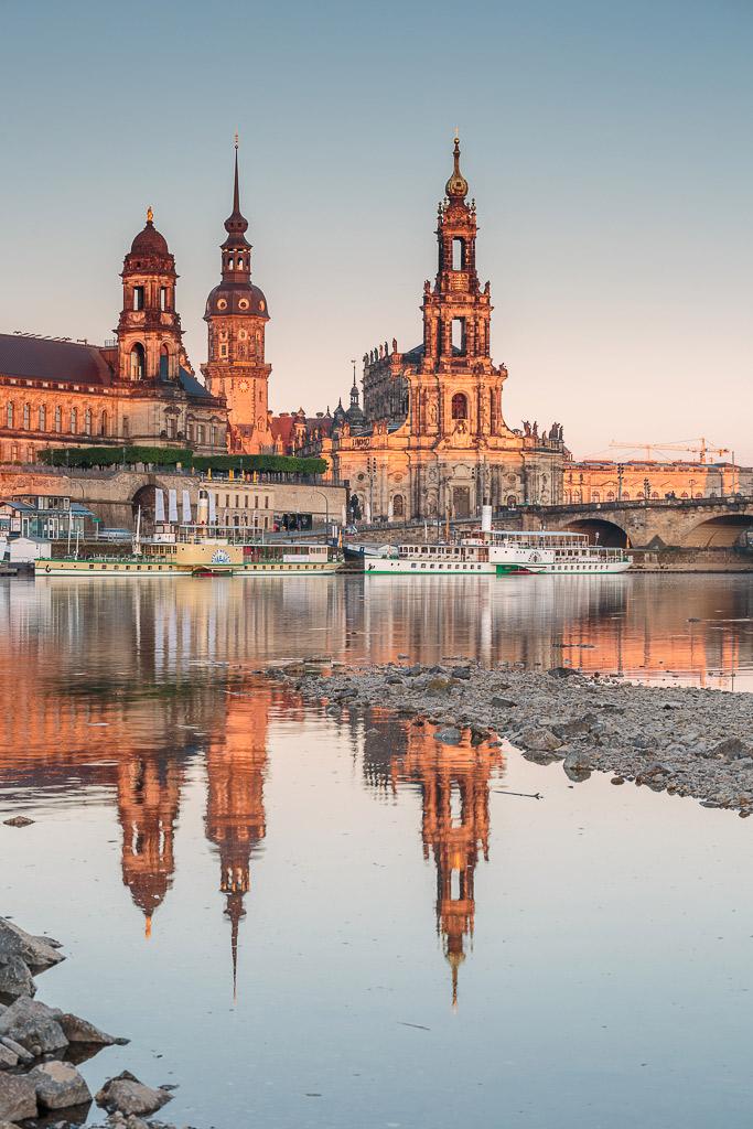 Primeros rayos de sol durante un amanecer en Dresde