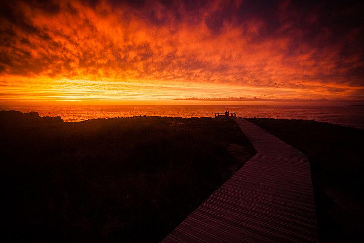 El cielo estaba completamente nublado, sin embargo, por el horizonte estaba despejado, por lo que el sol iluminó todo el manto de nubes.