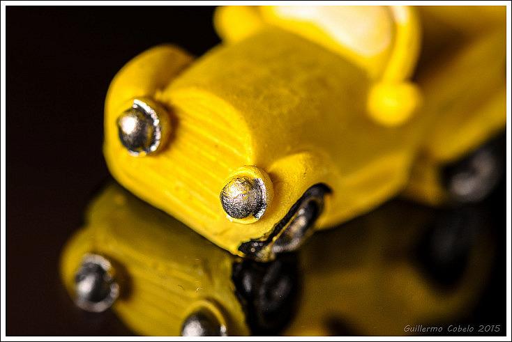 Regalo del roscón de reyes. Coche en miniatura fotografiado sobre un teléfono móvil con un objetivo macro y un flash rebotado a la pared situada a mi espalda y techo