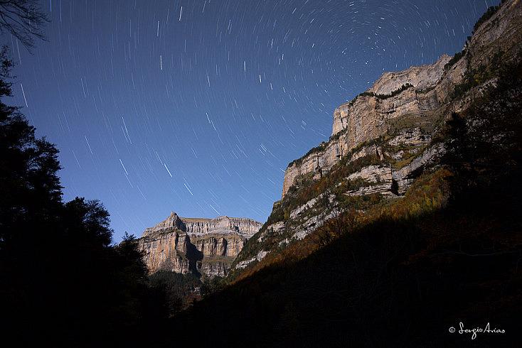Gracias a la luna las paredes de las montañas están iluminadas