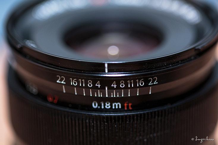 Objetivo Fujinon 14mm f/2.8 que tiene una escala para poder enfocar a la hiperfocal. Las distancias aparecen en metros y en pies.