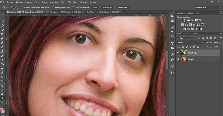 La ojera del ojo que aparece en la parte izquierda ha sido corregida con el pincel corrector, mientras que la de la parte derecha no