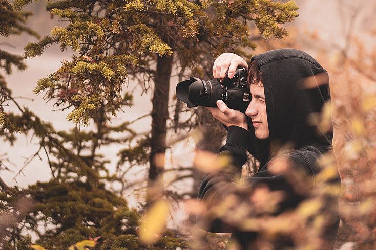 Fotógrafo escondido para pasar desapercibido en la toma